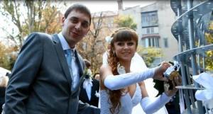 Олег и Юлия — молодожены, которые скрепили свой союз символическим замочком на «Влюбленном сердце»