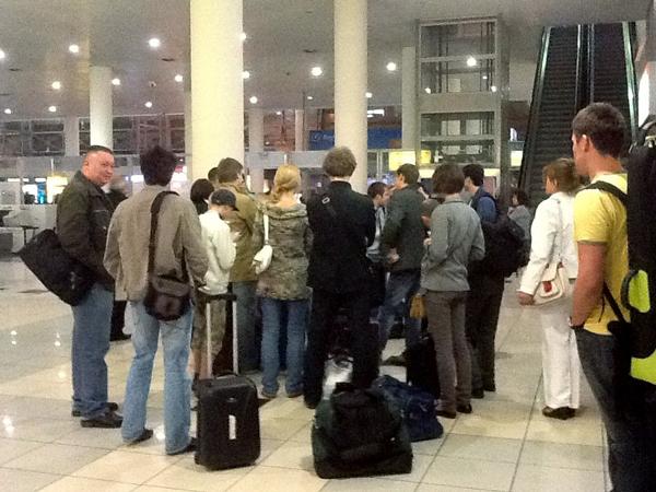 Группа актеров театра «Школа современной пьесы» и его техническая часть. Во Внуково в ожидании рейса на Одессу.