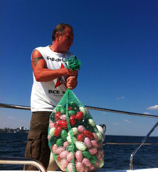 Искусствовед, куратор украинского национального проекта «Алтарь наций» на 54-й Венецианской биеннале Алексей Роготченко отпускает деревянные модули в море