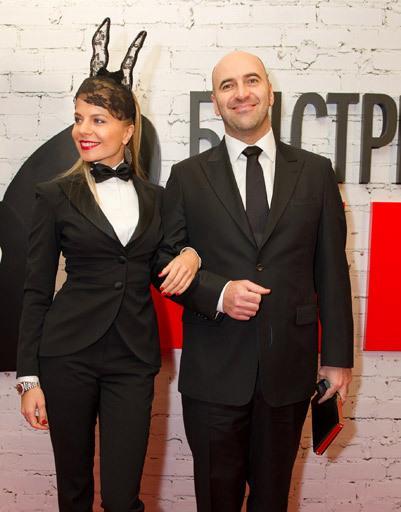 «Кроличий» дресс-код решила выдержать спутница Ростислава Хаита — девушка примерила кокетливые ушки из кружева
